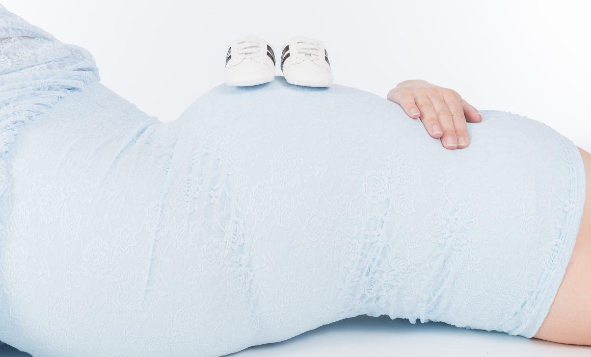 Zwangerschapsfotografie Babyschoentjes op buik